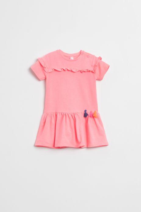 Sukienka z krókim rękawem w kolorze różowym wykończona falbanką z ozdobnymi chwostami